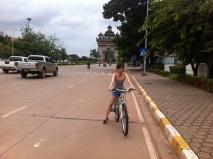 Mit dem Fahrrad durch Vientiane (Hauptstadt von Laos)