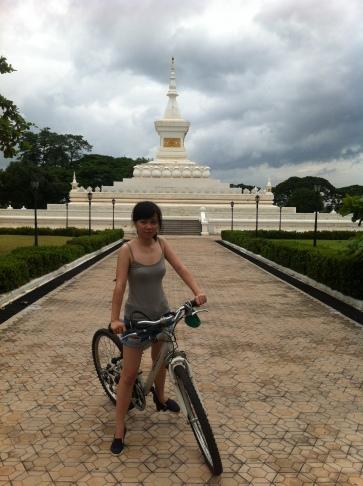 weiße Stupa im Saysettha Park
