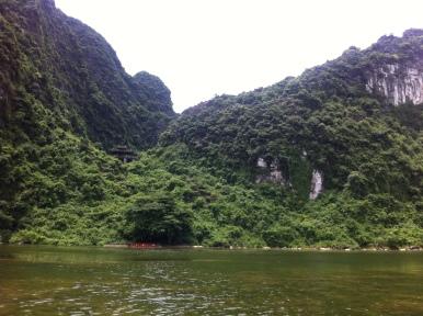 In NinhBinh (Vietnam) geht es mit dem Boot durch Trang An (trockene HaLongBucht)