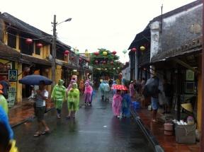 es regnet in der Altstadt von HoiAn
